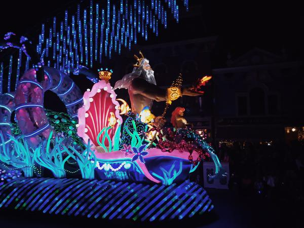 disneylands paint the night parade